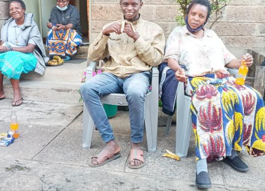 Vicino a Kamande, Sophia e Leah e alle suore di Mathare